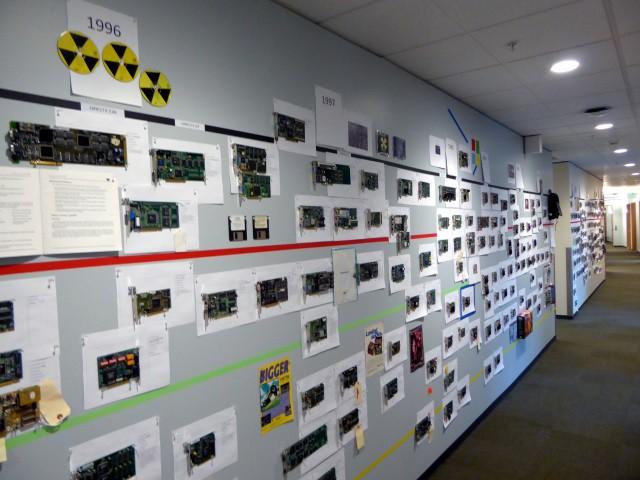 35 năm lịch sử phát triển phần cứng được thể hiện qua bức tường GPU tại văn phòng Microsoft - Ảnh 2.