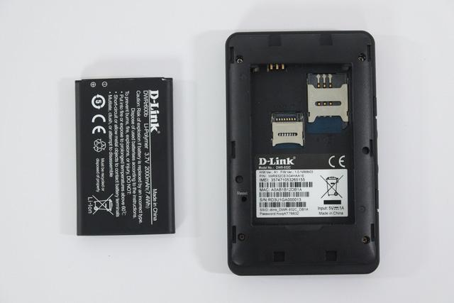 Các khe cắm SIM, thẻ nhớ và viên pin của bộ phát